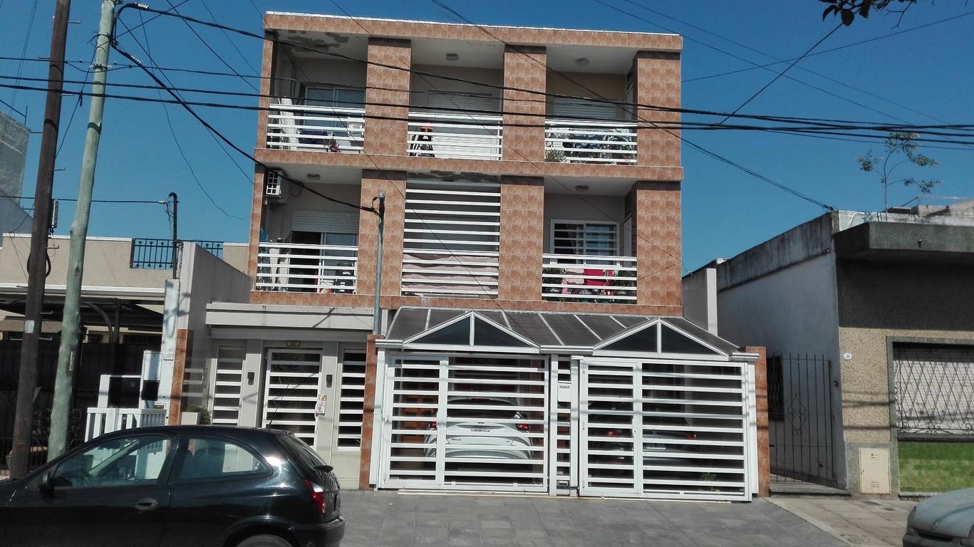 Departamento de 2 ambientes y medio en muy buen estado al frente con balcon