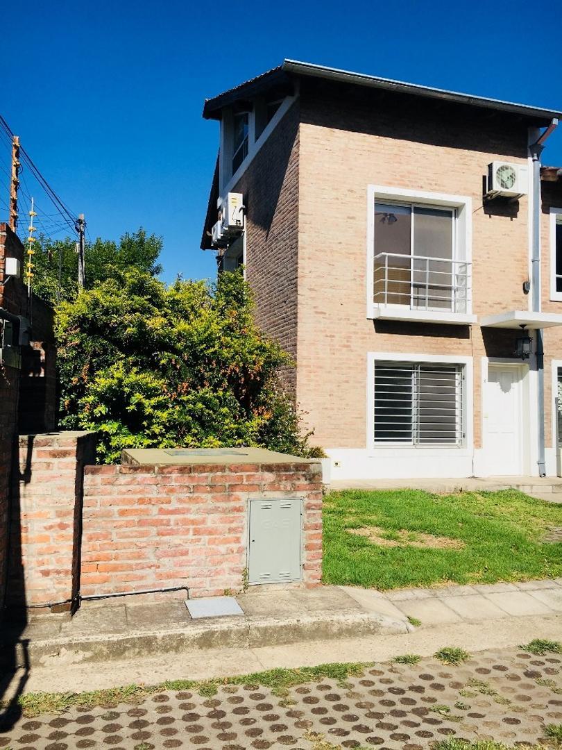 Dueño alquila casa tipo triplex 4 ambientes, en complejo, con amenities