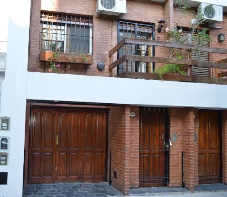 Excelente duplex en Saavedra, Metros totales 228, buen jardin, pileta, cochera 2 autos.
