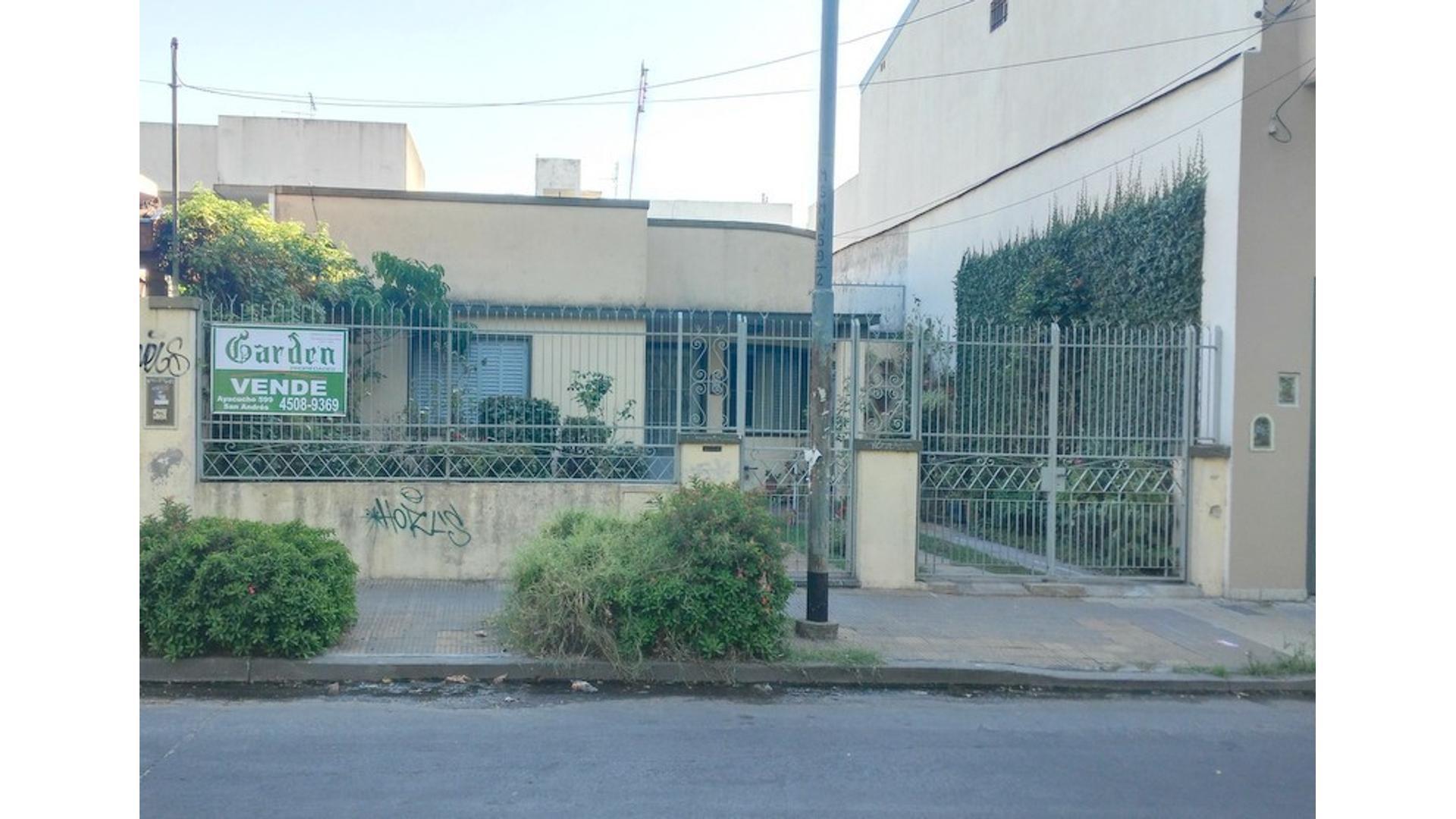 Casa sobre lote 8.66 x 32 Mts. 4 Amb. c/ dependencia. Jardin. Parque. EST. CHILAVERT APTO CRÉDITO.