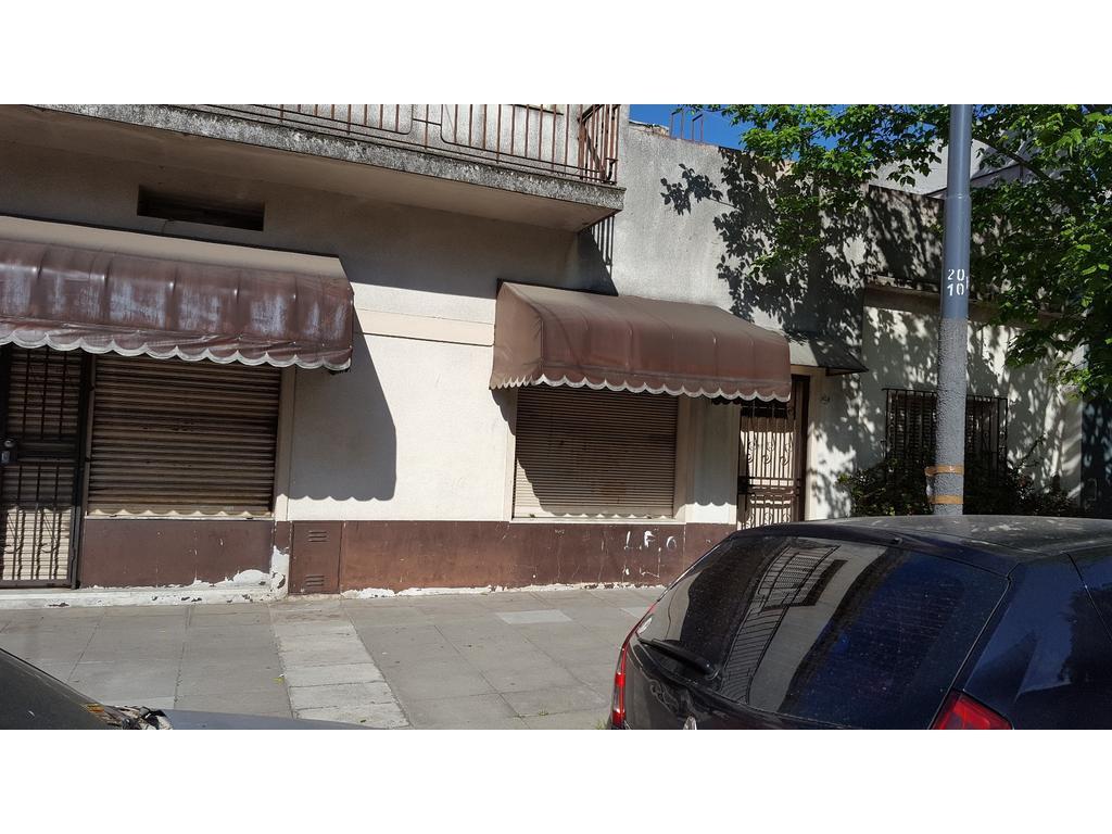CASA EN 2 PLANTAS- DOBLE FRENTE -  CON LOCAL COMERCIAL DE 3 VIDRIERAS
