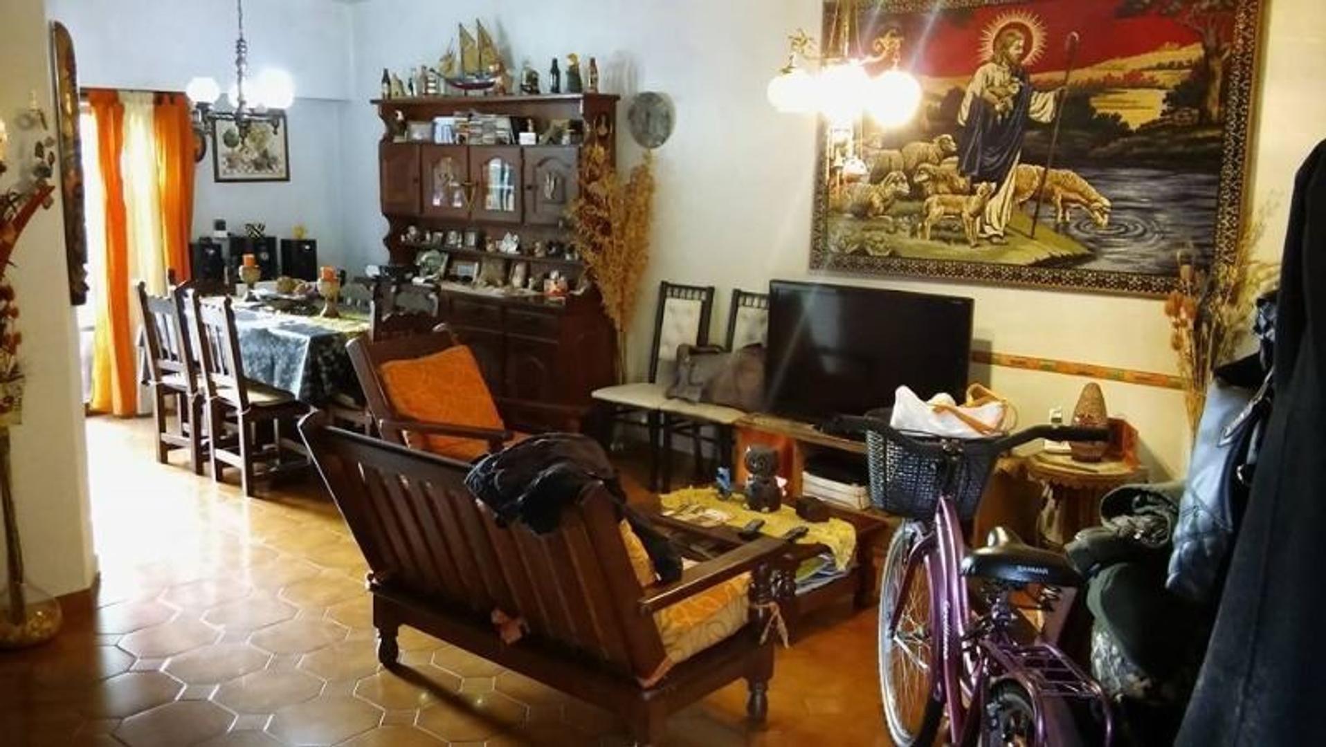 *RESERVADO* Casa de 4 ambientes con patio y cochera, en excelente zona residencial de Carapachay.