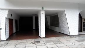 COCHERA AMPLIA FIJA UBICADA EN PLANTA SÓTANO. PORTÓN DE ACCESO MANUAL.