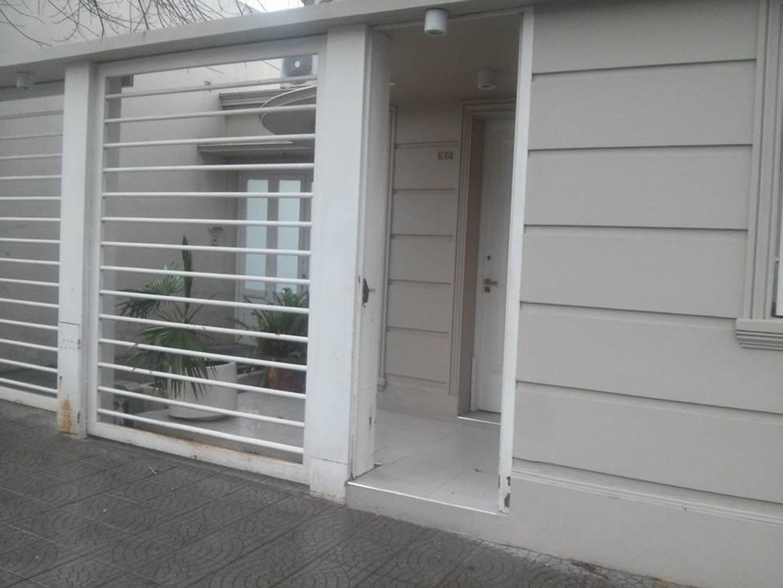 Excelente propiedad de tres dormitorios garage cubierto patio y monoambiente independiente.