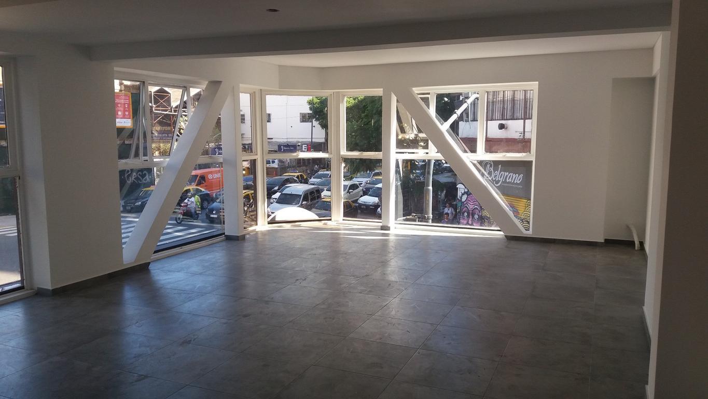Piso de 60 m2 con excelente luminosidad. Ideal oficinas.