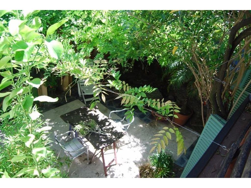 Casa con patios soleados a metros de Parque Saavedra
