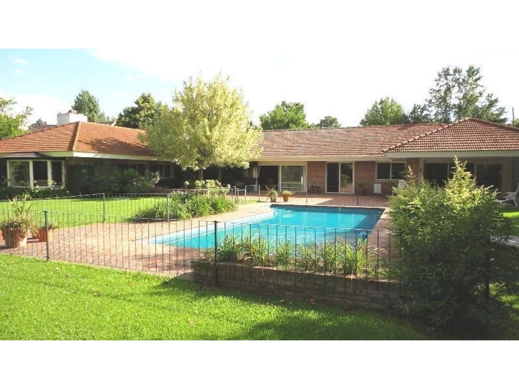 Espectacular lote: 43 x 63,20 mts. con comodísima casa de 1 planta , el mejor sector de Santa Rita.
