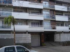 Moderno y amplio departamento de 2 ambientes con cochera cubierta