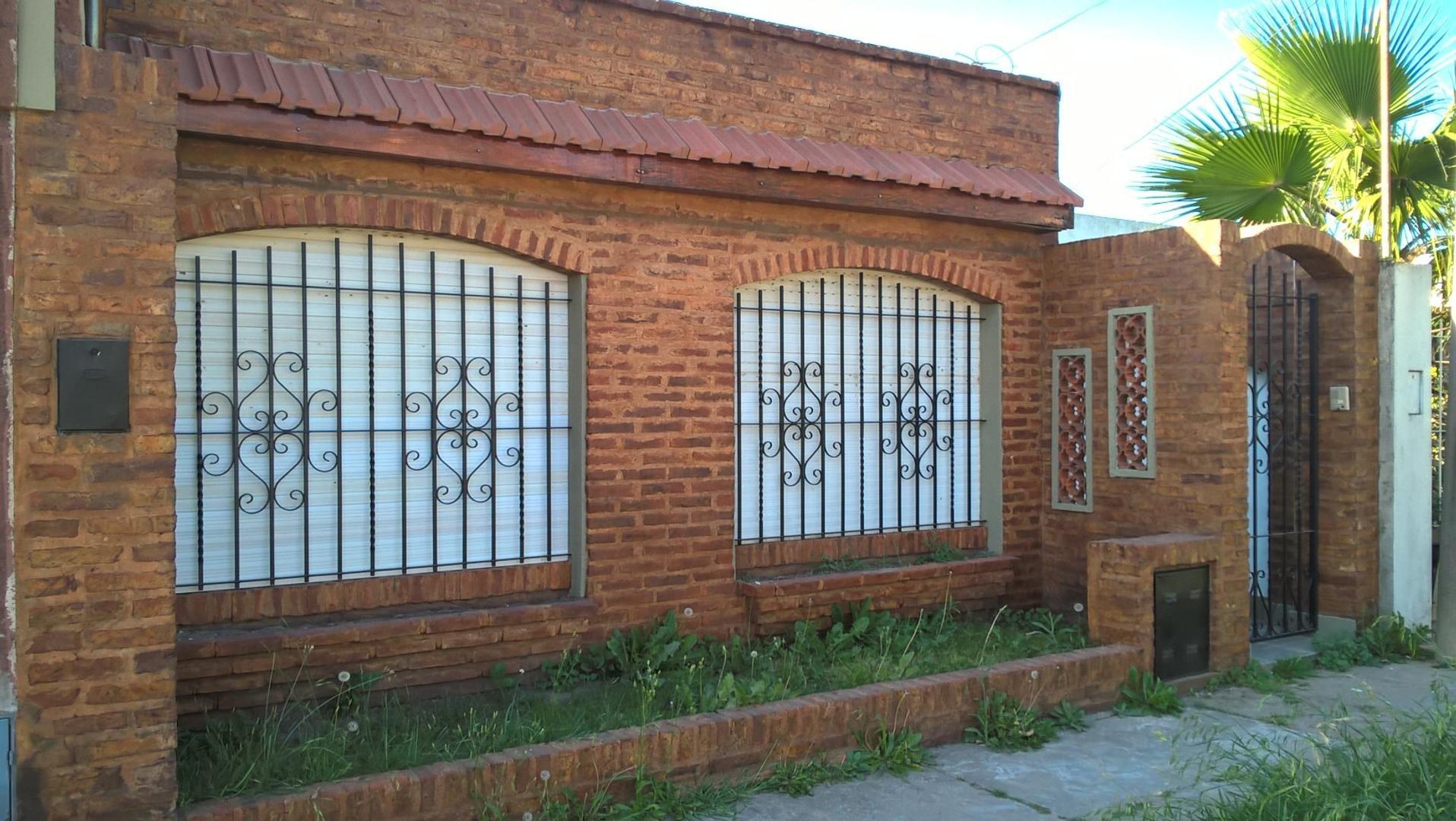 Vende casa en calle Esposos Curie al 1800.