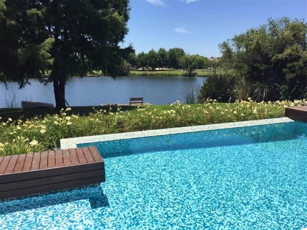 Hermosa casa al lago en La Alameda
