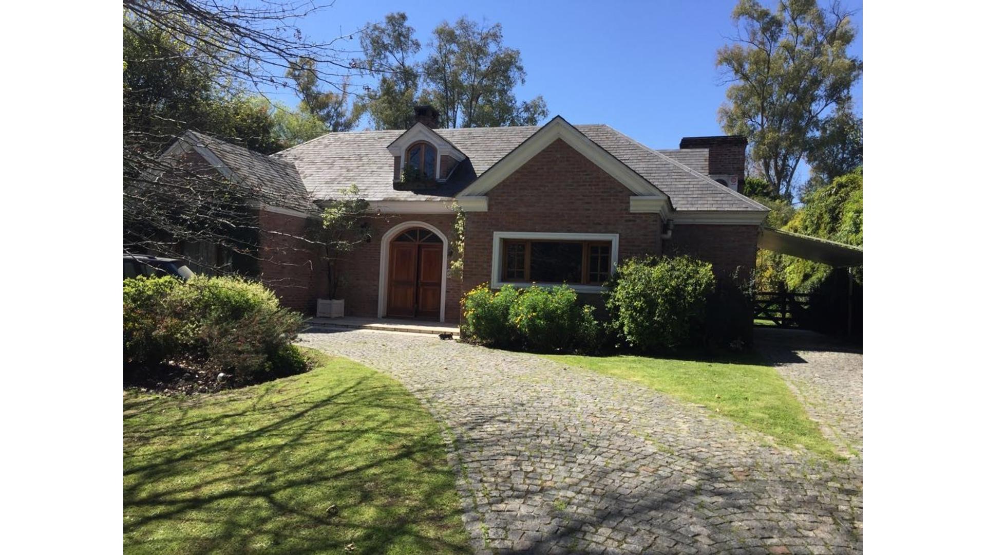 Vendo excelente casa en barrio privado con  buen acceso a Panamericana