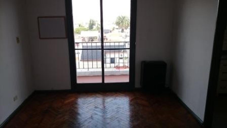 Alquilo 2 ambientes contrafrente con balcón Av. Asamblea al 1400 45 m² Excelente estado