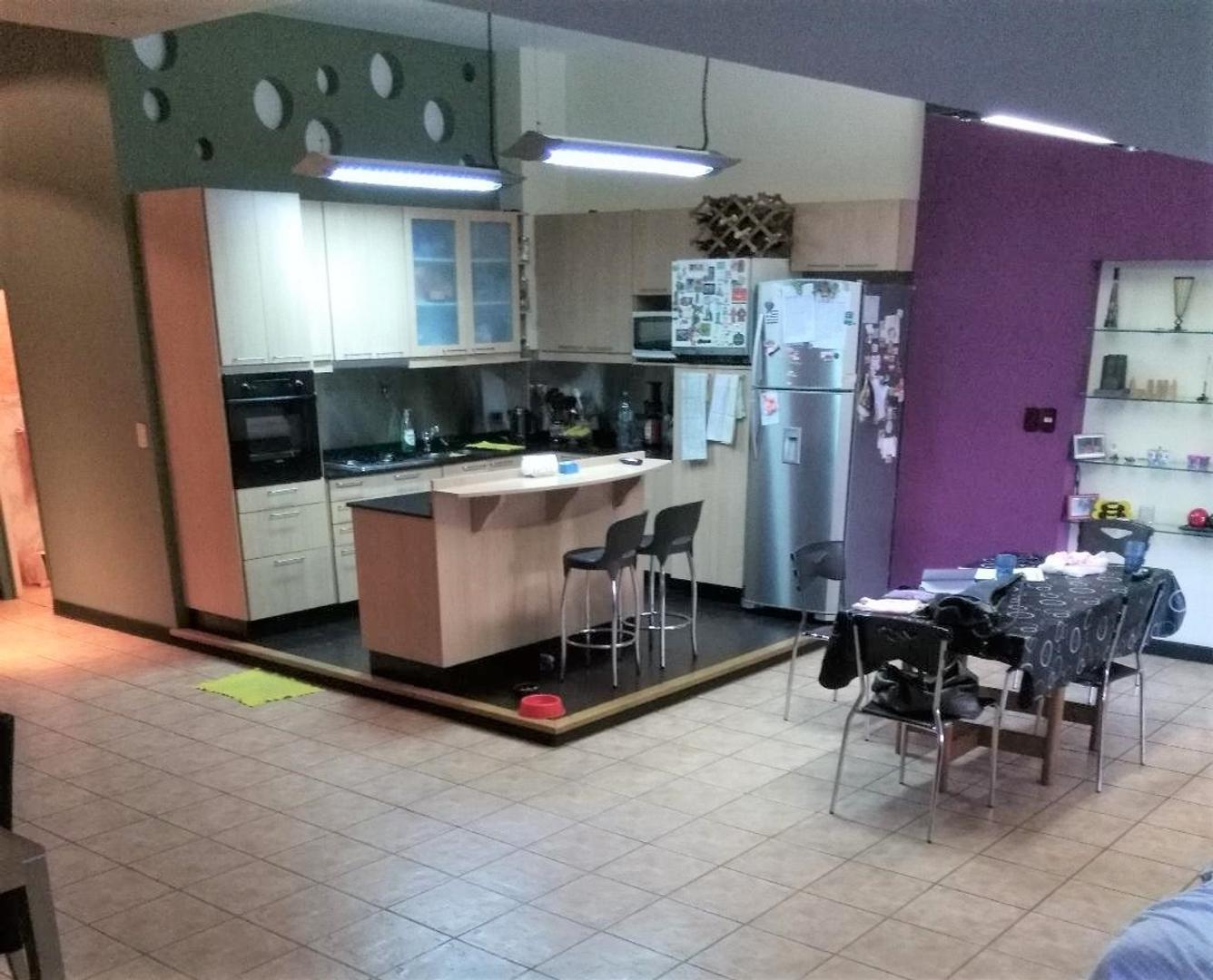 Excelente departamento 4 amb PB estar con hogar living com cocina con desa/Pb: 1 dormi.baño PA:2dorm