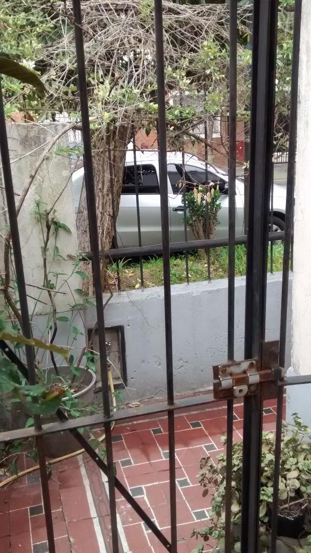 Casa de 3 amb. en 1 planta, con losa para ampliar. en lote de 12.00 x 9,00. Ubicada a 3 cdras de Av.