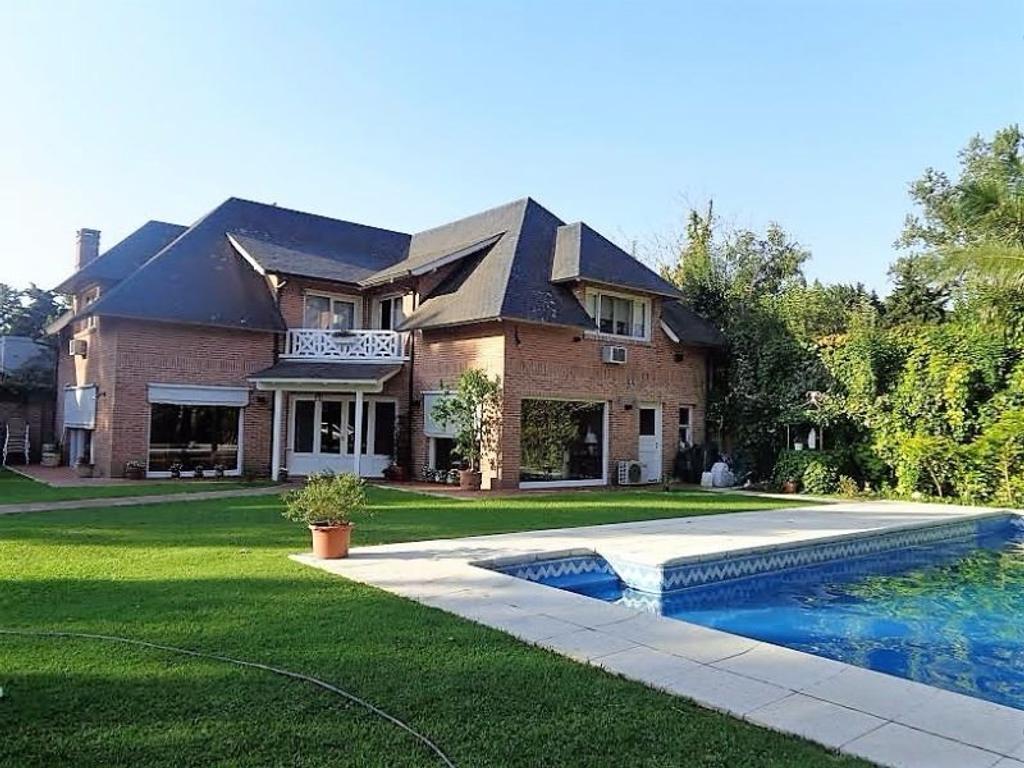 Casa en venta 1092m2 de lote Gran parque y piscina con cascada