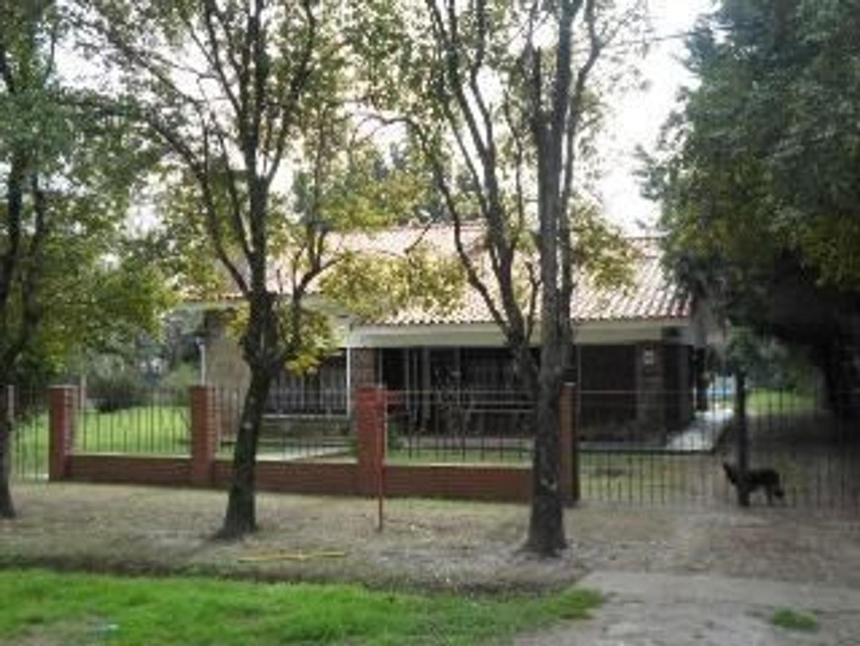 Casa Alquiler con dependencias de servicio.