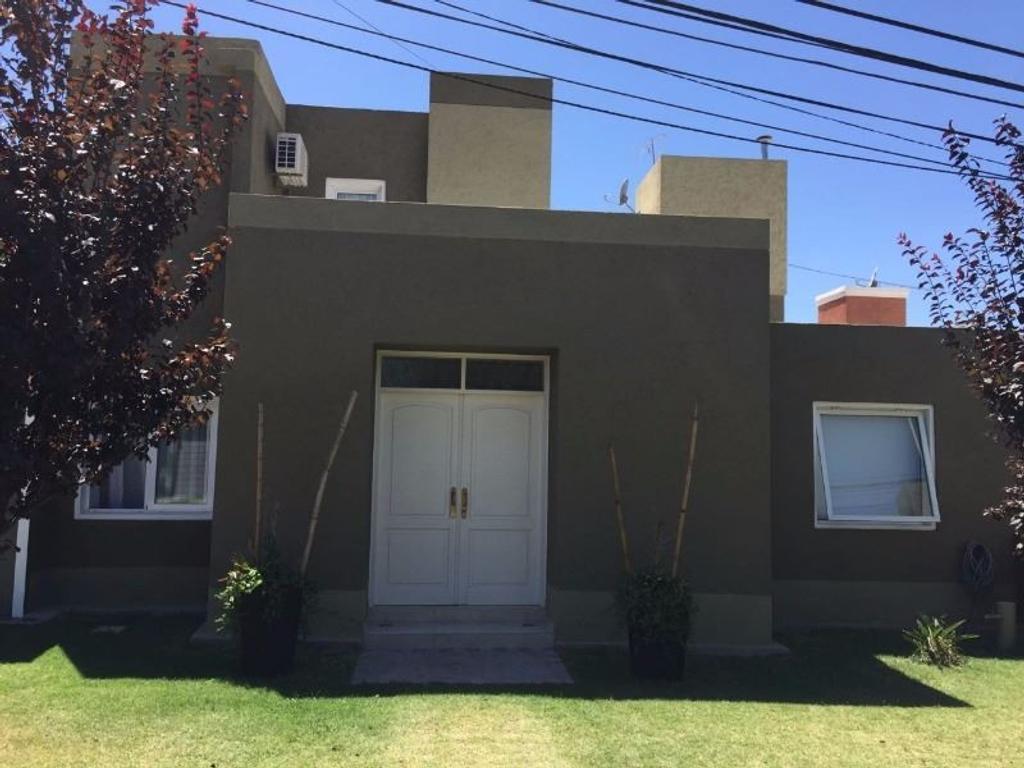 Excelente casa en barrio privado Via de la Fontana Norte