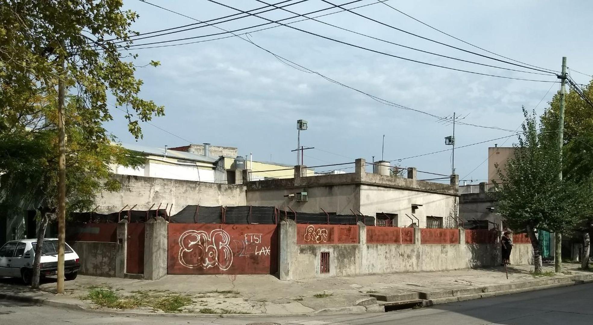 CASA 3 AMBIENTES CON GARAGE EN ESQUINA