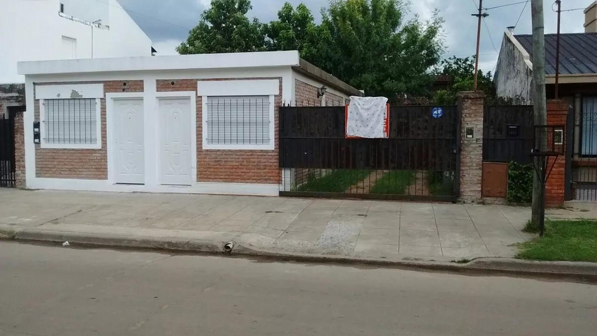 Excelente Casa Con 2 Departamentos A Estrenar A La Calle!