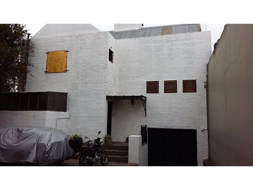 casa de 2 dormitorios, pileta, parque, cochera. parrilla. 523 10 y 11