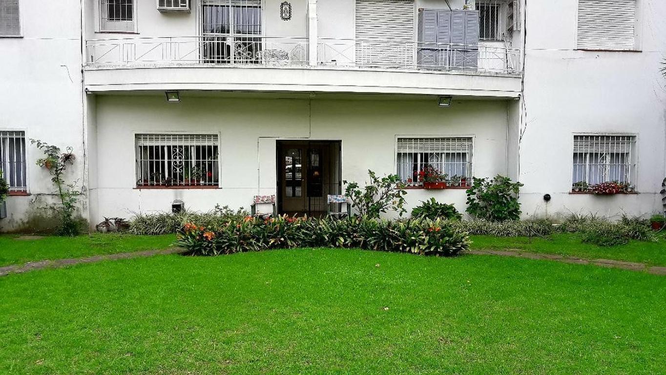 Olivos Centro. Departamento 3 ambientes contrafrente con balcón. Lavadero cubierto. Jardin