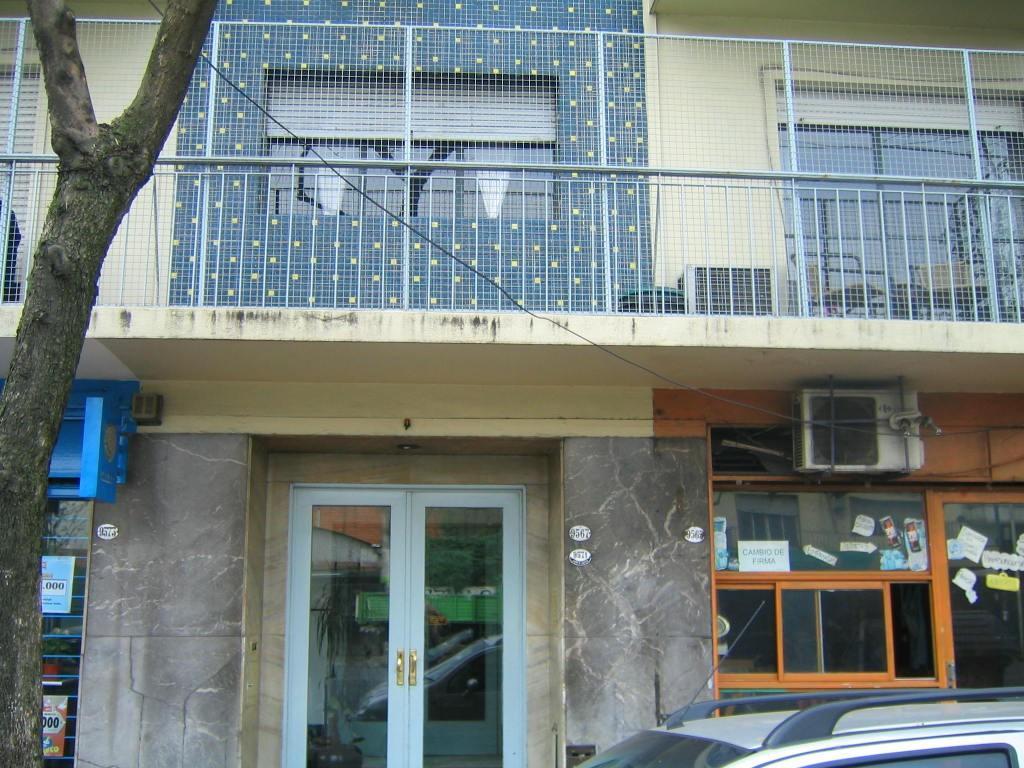 Depto. 2 ambientes Contrafrente, con Balcón y Cocina Separada. Muy Luminoso. APTO CREDITO.
