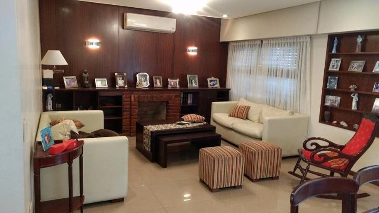 VENTA!! Moderna casa de tres dormitorios en el centro de S.M. de Tucumán.