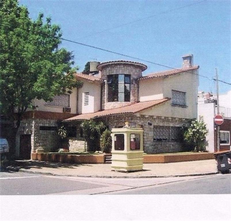 Excelente casa en pleno barrio de villa devoto, benito juarez y asuncion 4 amb.c/garage +escritorio