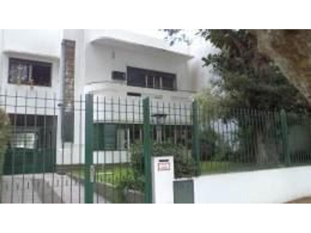 Casa estilo racionalista 4 dormitorios garage pasante vs autos gran Jardín Pileta Quincho huéspedes