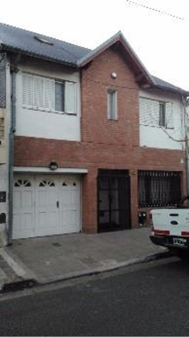 Casa de 5 ambientes, Bernal centro.