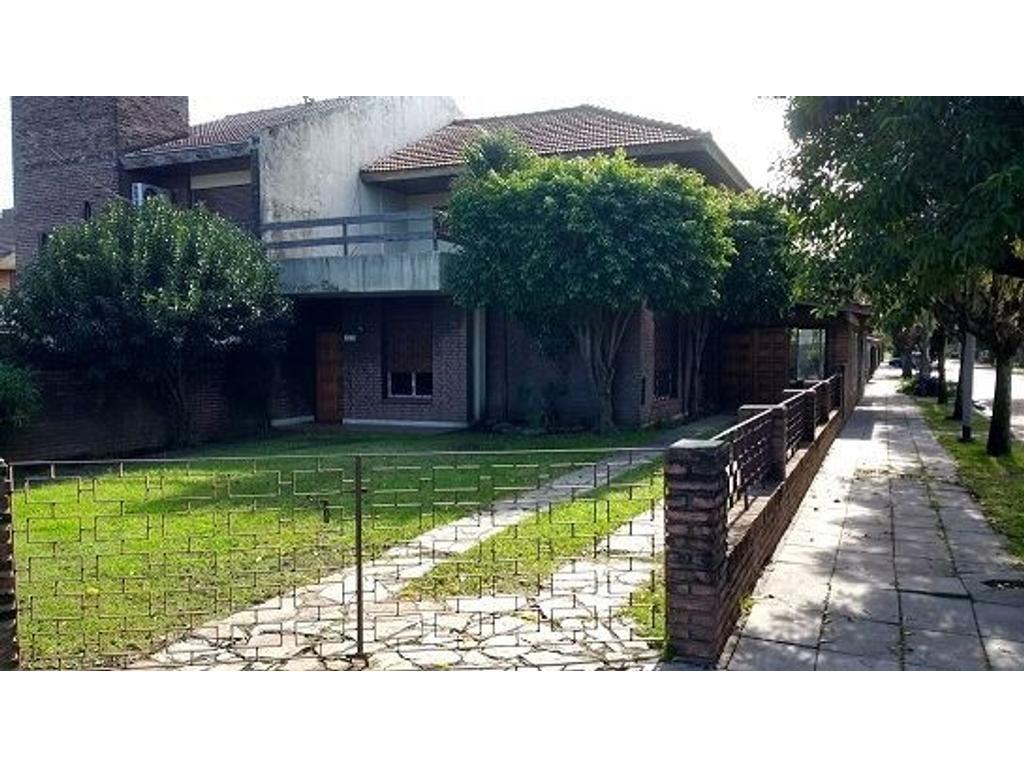 Excelente propiedad en dos plantas, 5 ambientes con jardín y garage