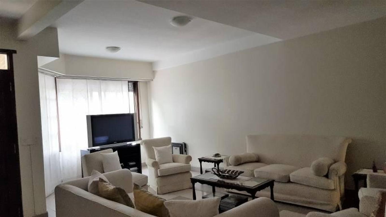 Casa 5 ambientes construida sobre dos lotes, 1020 m2, cochera para dos/tres autos, recepción living,
