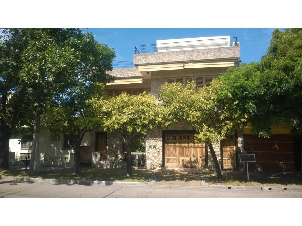Casa 3 ambientes con garage y jardín con pileta en Caseros