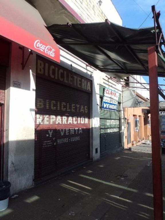 Local sobre colectora de General Paz a metros de Av. Beiro.