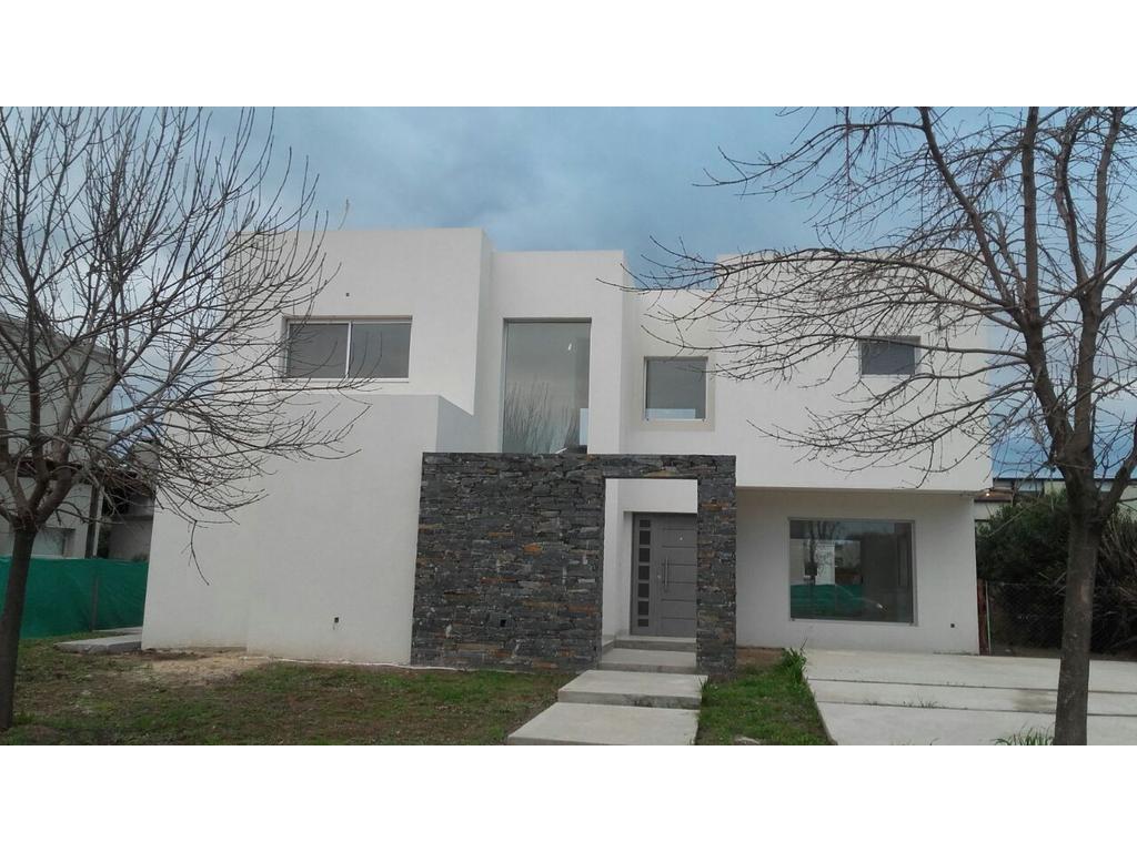 Divina casa en La Comarca! Importante propiedad desarrollada en dos plantas