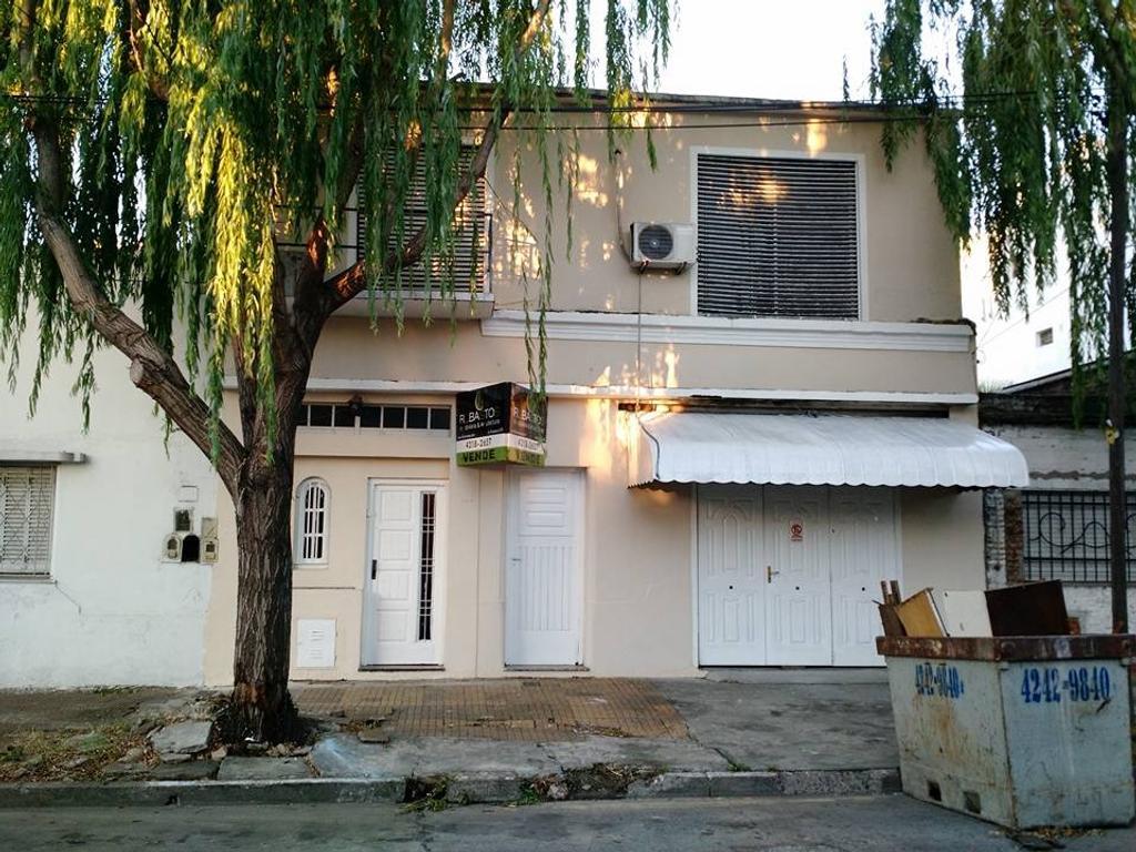 Casa en Dos Plantas con Fondo Descubierto Muy Amplio