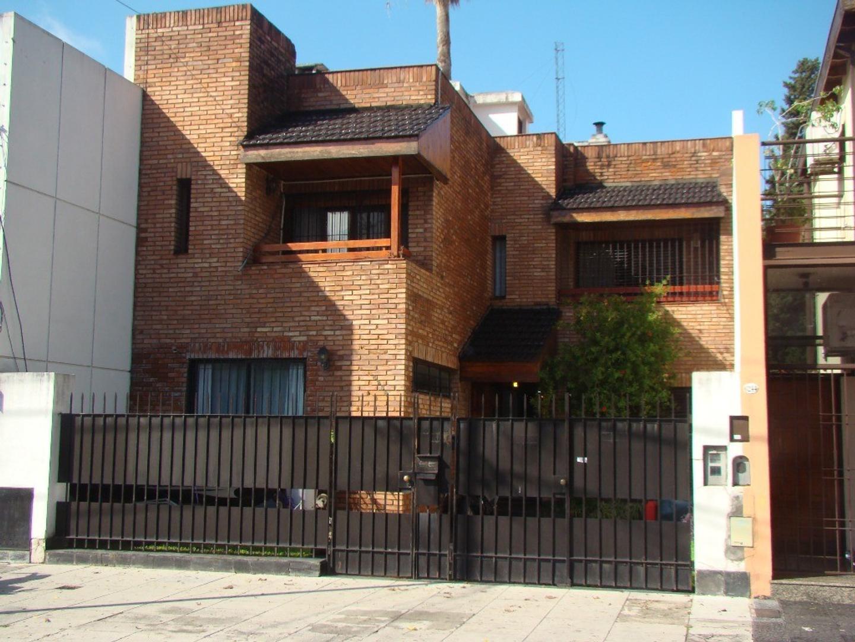 Casa en Villa Urquiza, 7 amb, sobre lote de 8,66 x 52, muy buena calidad constructiva.