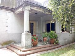 Casa tipo Ph al frente en Villa Ballester con cochera + Jardin al fondo! A refaccionar!