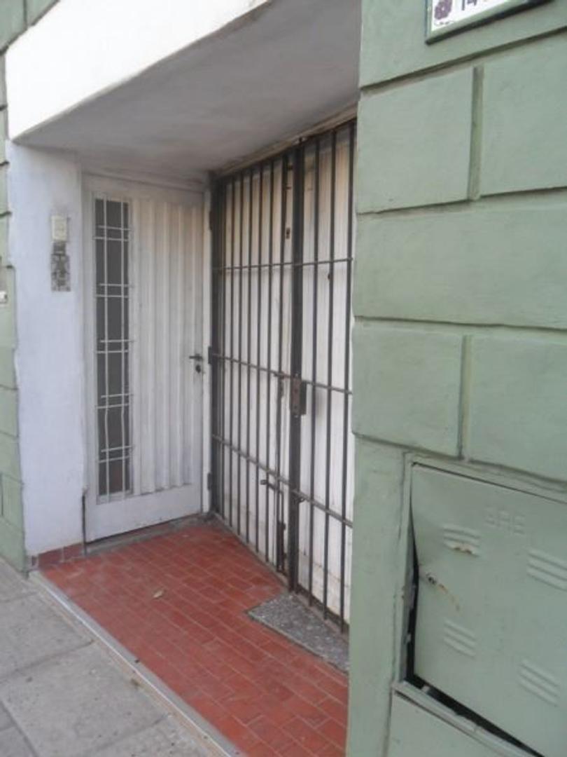 tres amb  con patio a 3 cuadras Av. de Mayo, sin expensas venta directa!! oportunidad única!!!!