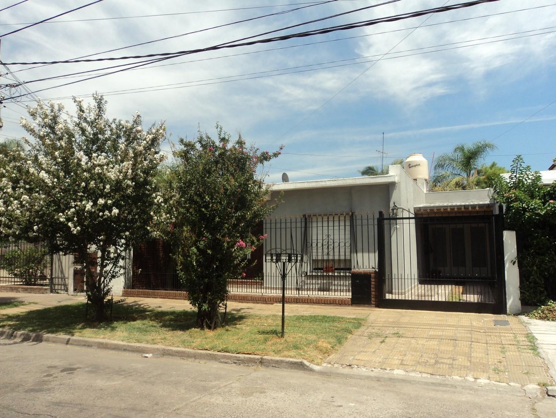 Impecable casa 4 ambientes en Caseros, con garage y fondo libre