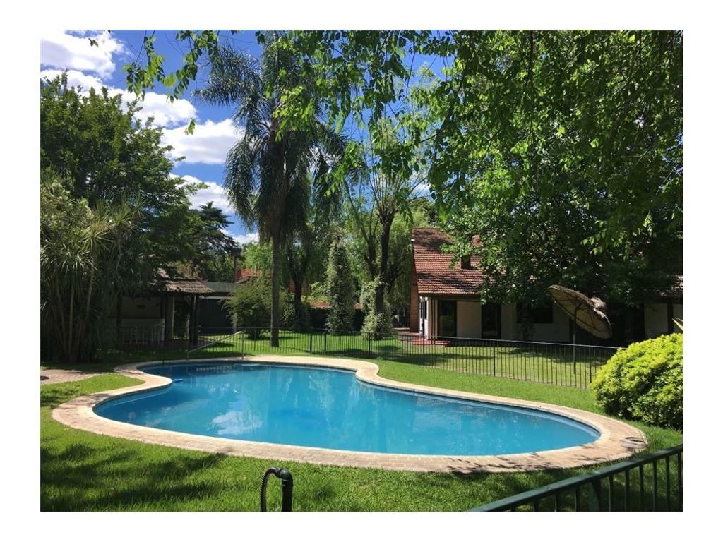 Casa quinta en venta, gran jardín, pileta, quincho