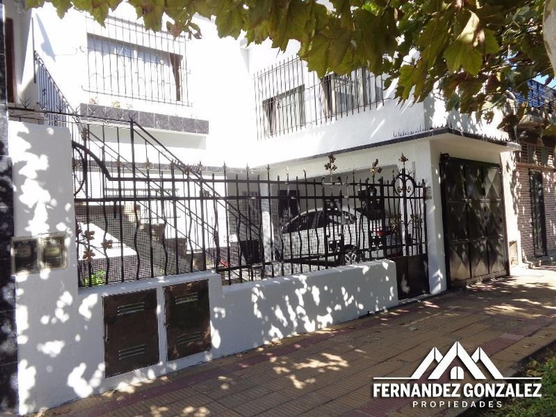 Casa para dos familias independientes de 3 Amb. cada una. A Mts. de Centenerio Uruguayo. Apto cred.