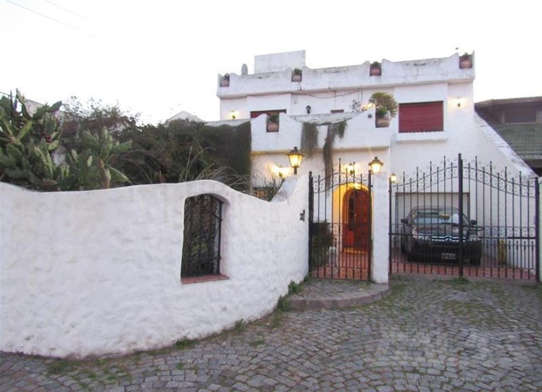 Excelente casa tipo mediterránea en impecable estado a solo 3 cuadras de Panamericana
