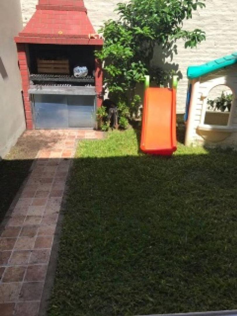 Semi-piso en venta 3 amb. con patio, jardín de invierno y parque.