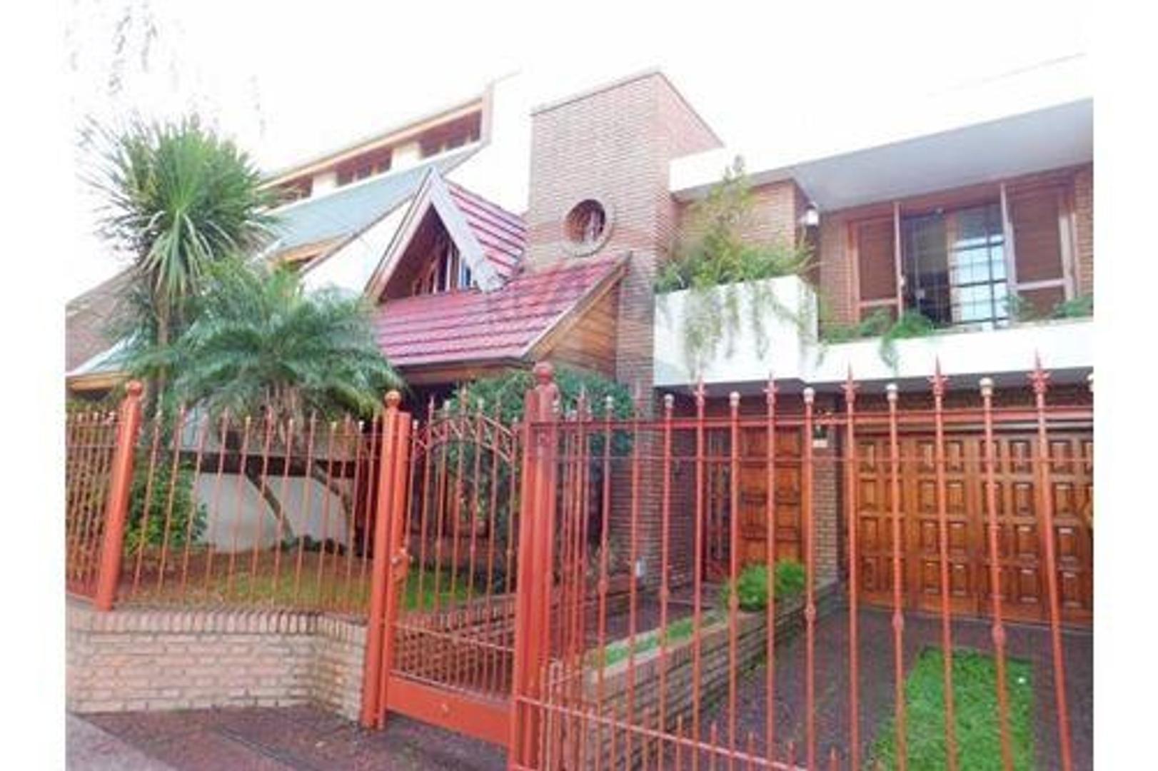 Venta de Casa 5 amb. jardín, garage, pileta en  Quilmes