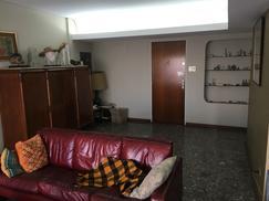 Amplio piso con cochera cubierta en inmejorable zona.  Edificio de categoria