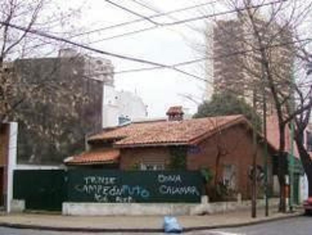 Casa de 3 amb. con gje, patio y jardin perimetral.-