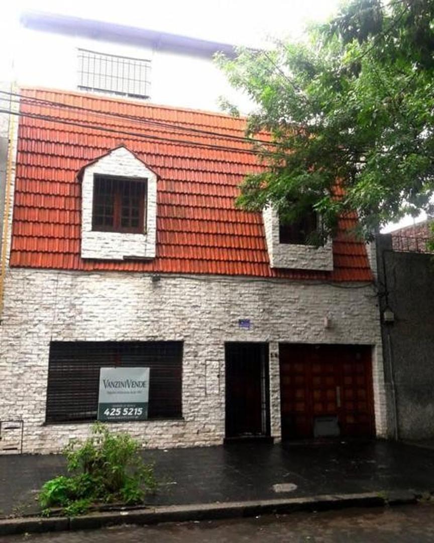 Casa de 6 Dormitorios con Patio, Pileta y Quincho