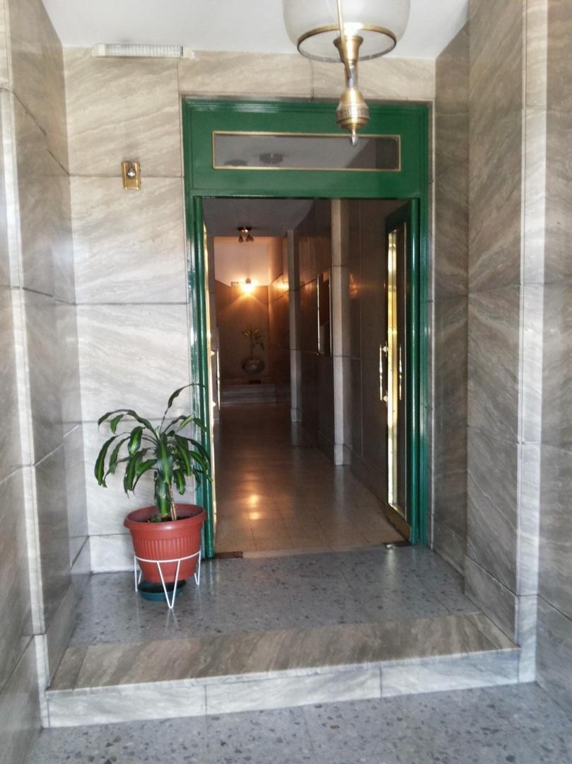 APTO CREDITO DUEÑO VENDE AMPLIO AMBIENTE CON COCINA SEPARADA reciclado contrafrente patio propio