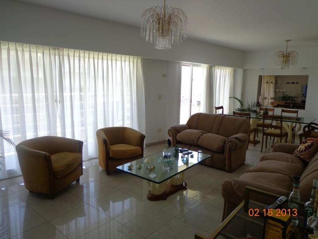 Impecable y super luminoso piso de 5 ambientes sobre Boulevard Olleros, vista abierta al río.-